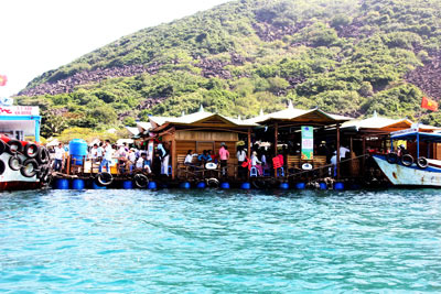 Visiting the first tourism boat houses in Vietnam